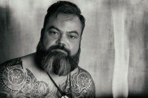 Portraitfotograf München Charakterportrait mit Tattoos