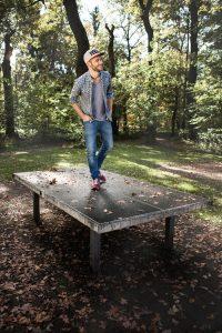 Portraitfotograf München Shooting auf Tischtennisplatte mit Roman Lob aus DSDS