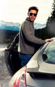 Portraitfotograf München Modefotografie in den Bergen mit Auto