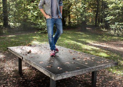 Portraitfotograf München mit Roman Lob Leger auf Tischtennisplatte