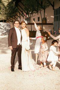 Hochzeitsfotograf München Hochzeit mit Kindern im Hintergrund auf Schloss Amerang im Chiemgau