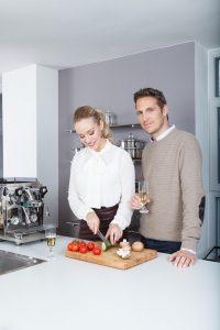 Portraitfotograf München Werbefotografie in Küche mit Paar