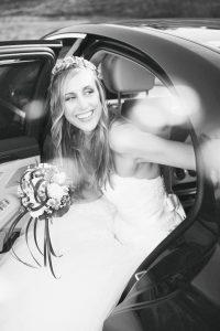 Hochzeitsfotograf München Braut beim Verlassen des Autos in Schwarz Weiss
